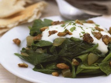 Špenátový salát s ořechy