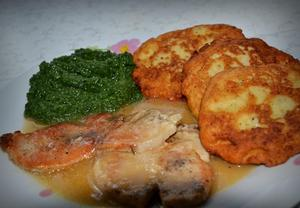 Kotleta s bramborovými plackami a špenátem
