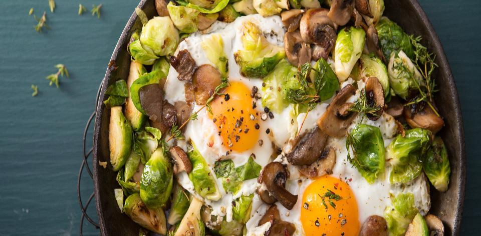 Růžičková kapusta s houbami a vejci