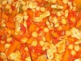 Pikantní kuřecí s dýní a cizrnou recept