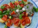 Pochoutkový pstruh s bylinkami, zeleninou a brambůrky v alobalu ...