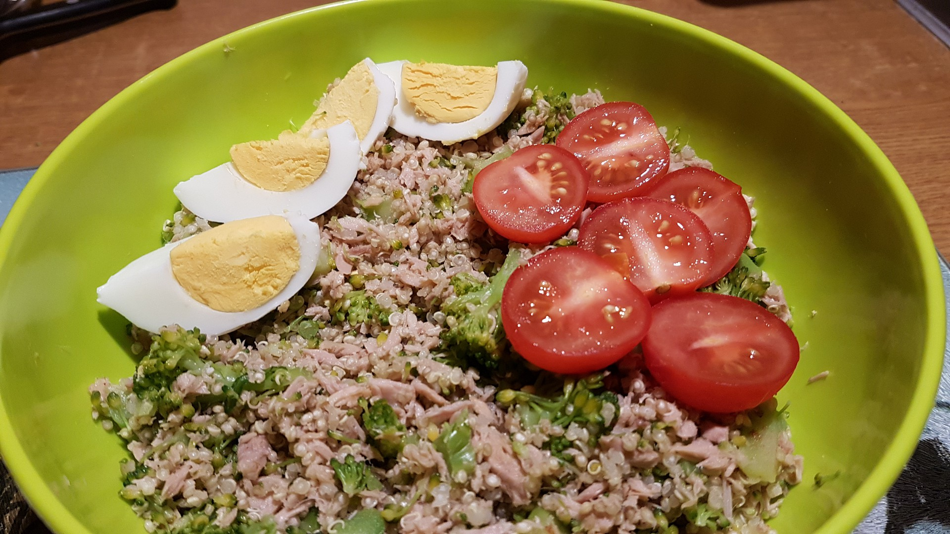 Tuňákový salát s brokolicí a quinoou recept