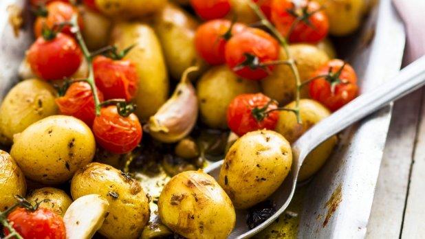 Středomořské pečené brambůrky s rajčaty