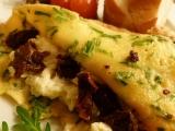 Nadýchaná omeleta s česnekovo-sýrovou náplní a sušenými rajčaty ...