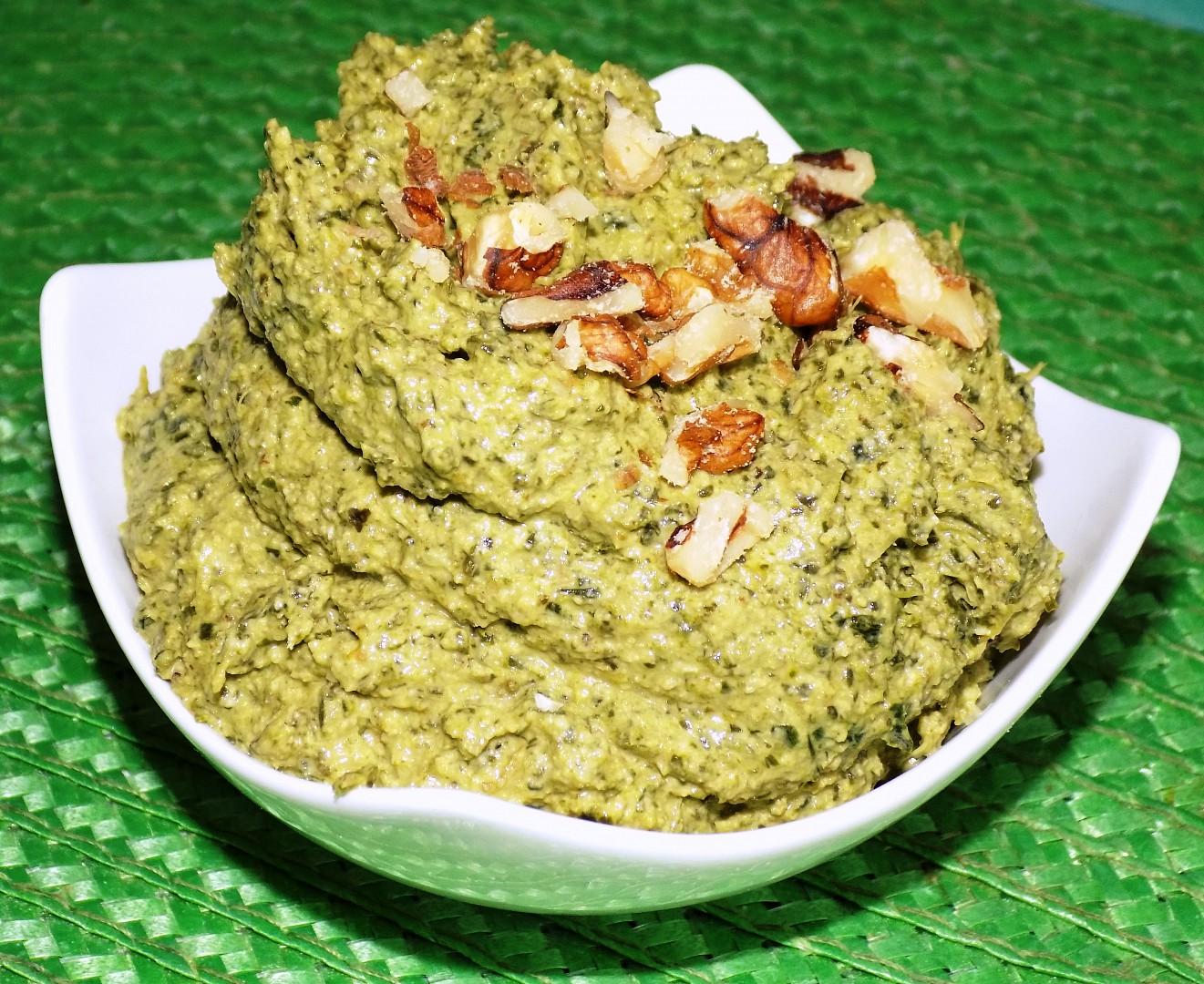 Pesto z kadeřávku s vlašskými ořechy recept