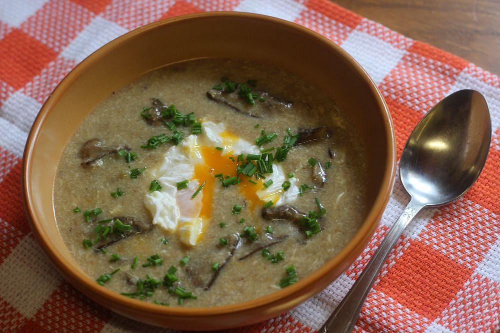Chlebová polévka s houbami a ztraceným vejcem recept ...