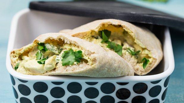 Kuřecí salát s avokádem v kapsičce z pita chleba