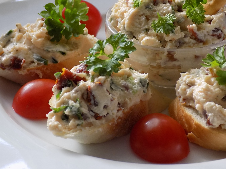 Pomazánka ze sušených rajčat a balkánského sýru recept ...