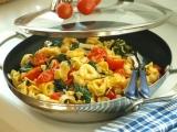 Pikantní sýrové tortellini s třešňovými rajčátky a listovým špenátem ...