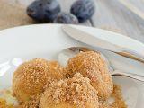 Švestkové knedlíky z bramborového těsta s posypkou recept ...