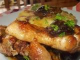 Medová kuřecí stehýnka se švestkami, mandlemi a slaninou recept ...