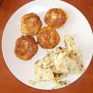 Květákové karbenátky se šťouchanými brambory s cibulkou a slaninou
