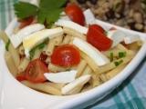 Těstovinový salát se česnekem, rajčaty a mozzarelou. recept ...