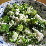 Salát z brokolice sypaný sýrem recept