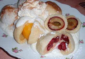 Jemné ovocné knedlíky z odpalovaného těsta