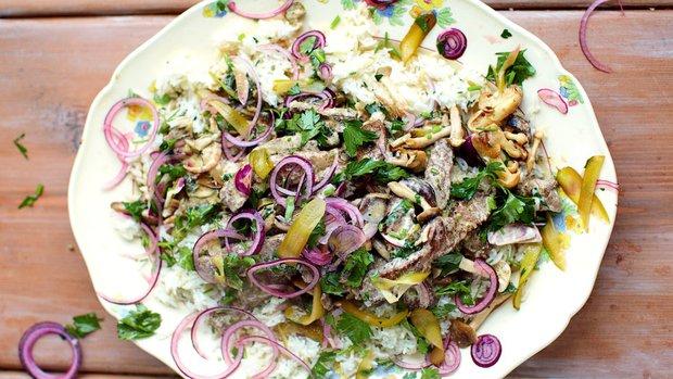 Hovězí Stroganov s rýží, červenou cibulí & chuťovka s petrželkou ...