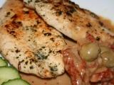Kuřecí plátky na bazalce s olivovým přelivem a sušenými rajčaty ...