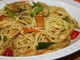 Nudle se zeleninou a kuřecím masem na asijský způsob recept ...