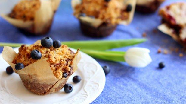Muffiny s lesním ovocem a drobenkou