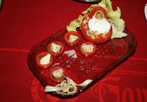 Cherry rajčátka plněná sýrem feta a olivami