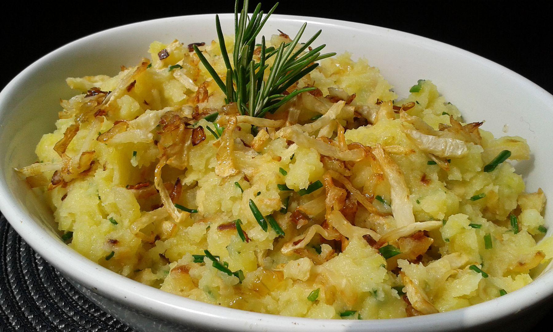 Šťouchané brambory s cibulkou a křupavým celerem recept ...