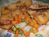Pangasius s pečenými brambory a dušenou zeleninou na jednom ...