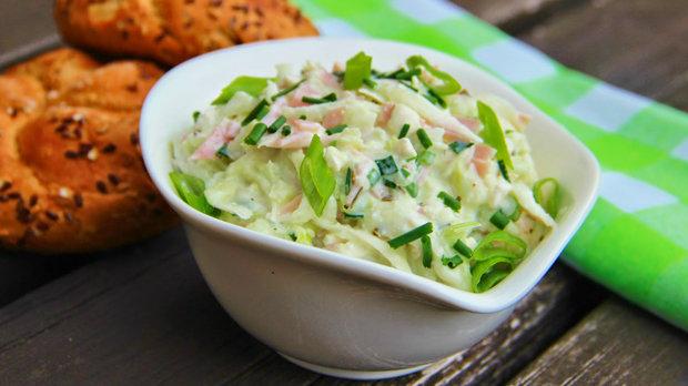 Kedlubnový salát se šunkou