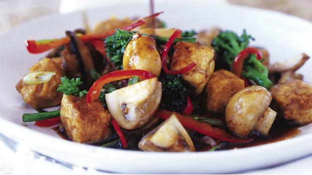 Brokolice a houby s karamelizovaným tofu