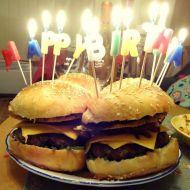 Hovězí burger s karamelizovanou cibulkou a sýrovým chipsem ...
