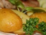 Brambory s bylinkovým máslem v alobalu recept