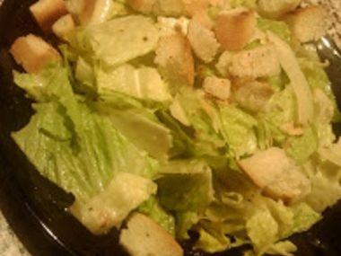Salát s česnekovými krutony