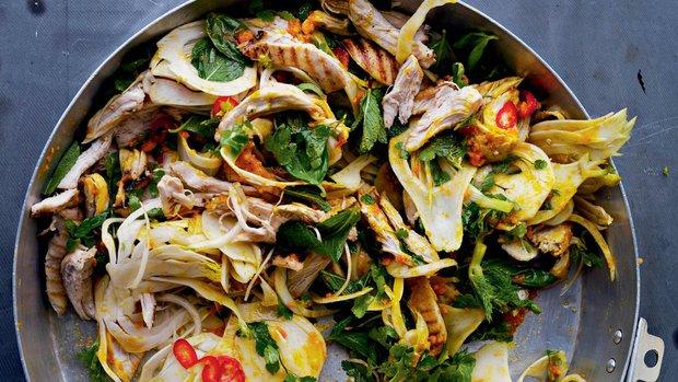 Salát s kuřecím masem, fenyklem a bylinkami