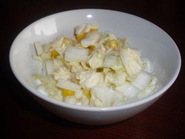 Salát s čínského zelí s kukuřicí