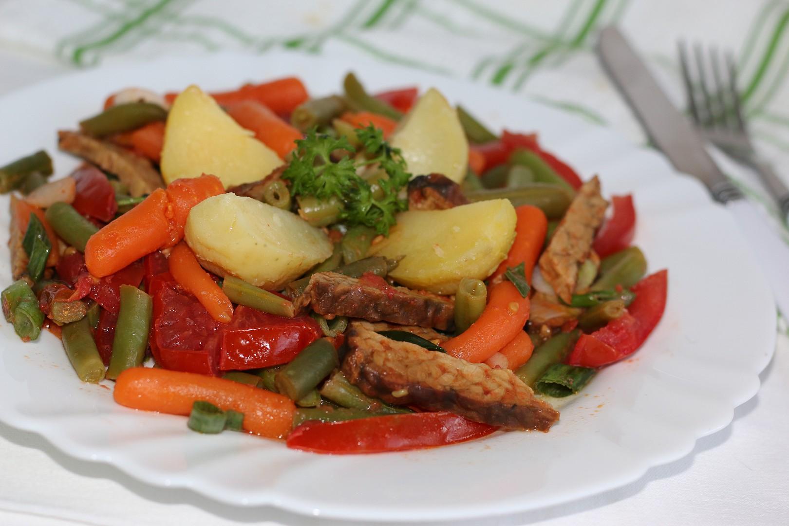 Zelené fazolky s tempehem a karotkou recept