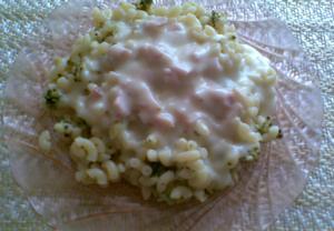 Brokolice s těstovinami a sýrovou omáčkou