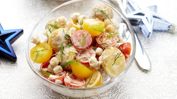 Bramborový salát s cherry rajčátky, cizrnou a koprem