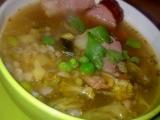 Polévka s uzeným masem, kroupami a s několika druhy zeleniny ...