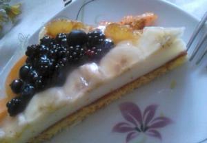 Lehký lahodný piškotový koláč s pudinkem a ovocem