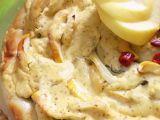 Vinná klobása s jablky a cibulí, zapečená s hořčicovou zálivkou ...