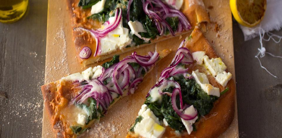 Domácí pizza se špenátem a sýrem feta