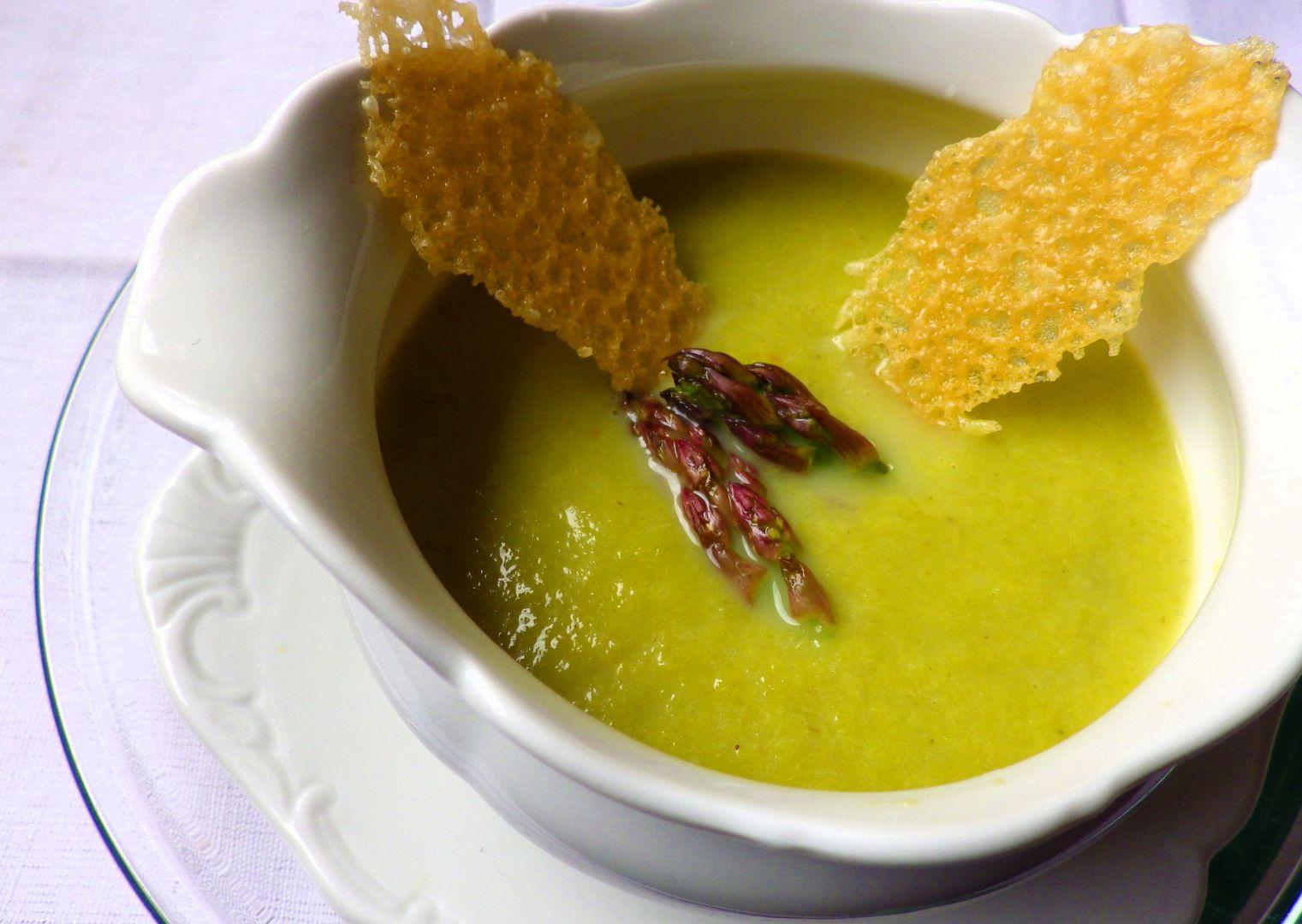 Chřestová polévka s parmezánovými křupinkami recept ...