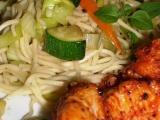 Kuřecí prsa Tandoori se zeleninovými nudlemi recept
