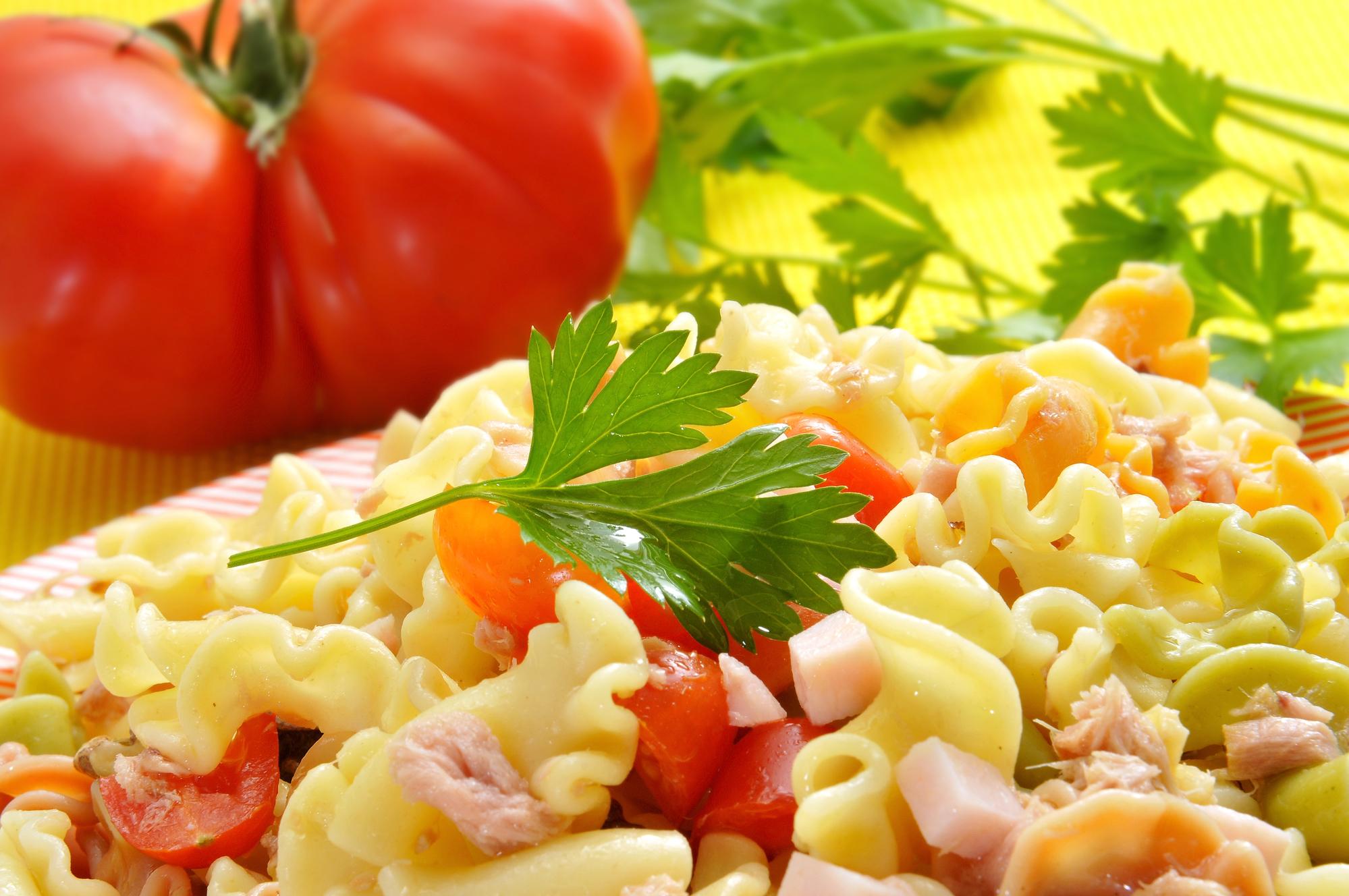 Výborný těstovinový salát se zeleninou recept