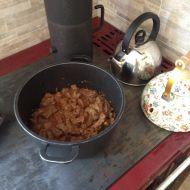 Hovězí guláš s hrnečkovým knedlíkem recept