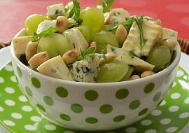 Sýrový salát s hroznovým vínem a mandlemi recept