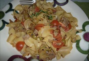 Těstoviny s masem, cherry rajčátky a olivami