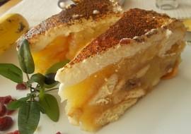 Jablečný lahodný moučník s banány a brusinkami, zdobený ...