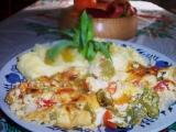 Rybí filety přikryté zeleninou, dvěma sýry a zakysanou smetanou ...