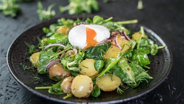 Farmářský salát se ztraceným vejcem