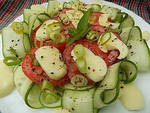 Okurkový salát s rajčaty a sýrem Jadel recept